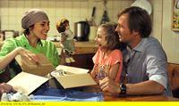 """Bayerisches Fernsehen DAHOAM IS DAHOAM, FOLGE 1379, """"Heisse Puppen"""", am Mittwoch (10.09.14) um 19:45 Uhr. Emma ist begeistert von Uris alter Puppe. Von links: Fanny Lechner (Katrin Lux), Emma Lechner (Anouk Lux) und Gregor Brunner (Holger M. Wilhelm). Weiteres Bildmaterial finden Sie unter www.br-foto.de. – © BR/Marco Orlando Pichler"""
