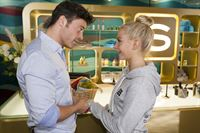 Ben (Jörg Rohde) bemüht sich Julias (Jenny Bach) Entscheidung gegen das Kind zu akzeptieren. – © RTL / Kai Schulz