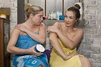 Bea (Caroline Maria Frier, l.) kommt gemeinsam mit Katja (Anna-Katharina Samsel) darauf, dass Heidis Sex-Video Schuld an einer hypnotischen Konditionierung ist. – © RTL / Kai Schulz
