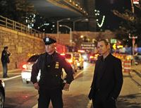 Simmons (Robert John Burke, l.) und Detective Petersen (Lee Tergesen) haben alle Zugangswege zum FBI-Hauptquartier abgesperrt, um Reese, Carter und Quinn nicht entkommen zu lassen. – © RTL