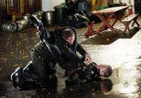 Fusco (Kevin Chaoman, l.) greift Reese (Jim Caviezel) an, der schließlich auf die Attacke einsteigt. – © RTL