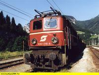 """SWR Fernsehen EISENBAHN-ROMANTIK FOLGE 478, """"Eisenbahnnostalgie im Salzkammergut"""", am Mittwoch (10.09.14) um 14:15 Uhr. Im Mittelpunkt dieser Reportage steht die Salzkammergutbahn, die 2002 hundertfünfundzwanzig Jahre alt geworden ist. Ein Schwerpunkt ist das Betriebswerk Selzthal, wo zahlreiche Österreichische Altbau-E-Loks ihren zweiten Frühling erleben. – © SWR"""