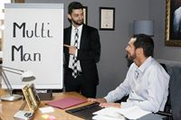 Can (Volkan Isbert, l.) kann Richard (Silvan-Pierre Leirich) überzeugen, sein Kunde zu werden. – © RTL / Kai Schulz