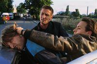 Andre (Mark Keller, Mi.) und Semir (Erdogan Atalay, li.) verhaften den Corvette-Fahrer Unger (Frank Kessler). – © RTL