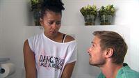 Marc findet Sam morgens weinend im Bad. Sie erklärt, mit der Kunstbar überfordert zu sein und sich nach dem 66 zu sehnen.. – © RTL II