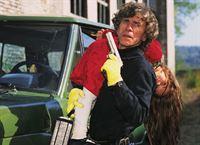 Gangster Dubeck (Karl Maslo) ist mit seiner Geisel Naomi Grünberg (Viktoria Witteck) auf der Flucht. – © RTL