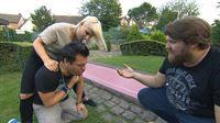 Vicky eilt Marvin zur Hilfe, der sich an einem Kirschkern verschluckt hat.. (Foto, re.: Jan) – © RTL II