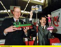 """SWR Fernsehen EISENBAHN-ROMANTIK FOLGE 481, """"Nürnberger Spielwarenmesse 2003"""", am Montag (15.09.14) um 14:15 Uhr. Gerd Bise und Otto E. Umbach bei der Präsentation neuester Produktionstrends. – © SWR"""