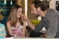 Emilia (Tabea Willemsen) setzt sich bei Erik (Alexander Wüst) für Jenny ein. – © RTL / Kai Schulz