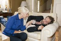 Erik (Alexander Wüst) erwacht nach durchzechter Nacht auf dem Sofa und wird von der Haushälterin Frau Scholz (Inge Brings) mit einer Kopfschmerztablette versorgt. – © RTL / Kai Schulz