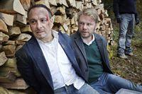 Nach einer Hetzjagd durch den Wald wird Semir (Erdogan Atalay, l.) von Grigorov erwischt und zusammen mit dem ebenfalls in die Hände der Gangster geratenen Robert (Kai Scheve) gefangen gehalten. – © RTL