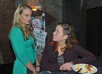 Maren (Eva Mode Rodekirchen, l.) erfährt erstaunt von Mieze (Franziska van der Heide), dass es Probleme bei Metropolitan Trends gibt. – © RTL