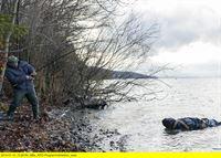 """ARD HEITER BIS TÖDLICH - HUBERT UND STALLER, III. Staffel, Folge 46, """"Mord nach Art des Hauses"""", am Mittwoch (19.02.14) um 18.50 Uhr im Ersten. Am Haken des Wildanglers (Roberto Martinez, l.), den Hubert und Staller heimlich beobachten, hängt eine Leiche im Plastiksack. – © ARD/TMG, Chris Hirschhäuser"""
