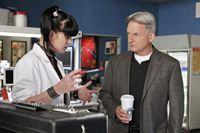 Versuchen einen Fall aufzuklären: Abby (Pauley Perrette, l.) und Gibbs (Mark Harmon, r.) ... – © CBS International Television (ehem: Paramount Pictures International)