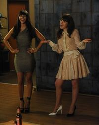 Unerwartet werden Jess (Zooey Deschanel, r.) und Cece (Hannah Simone, l.) von einer unfähigen Autofahrerin auf die Party des Sängers Prince eingeladen ... – © 2014 Twentieth Century Fox Film Corporation. All rights reserved.