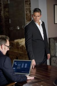 Harold Finch (Michael Emerson, l.) und John Reese (Jim Caviezel) – © RTL