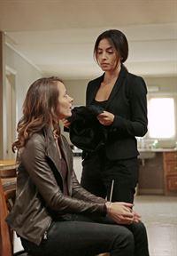 Root (Amy Acker, l.) und Samantha Shaw (Sarah Shahi) – © RTL Crime