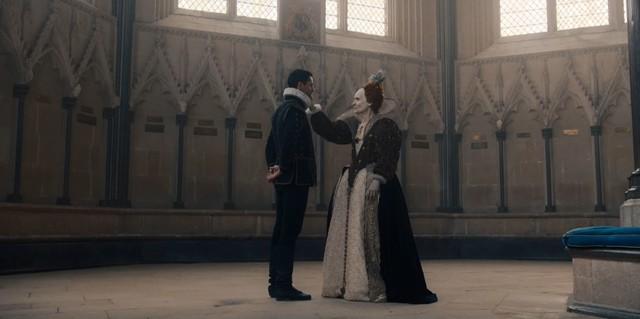 Matthew (Matthew Goode) gelingt es, Elizabeth (Barbara Marten) zu besänftigen.