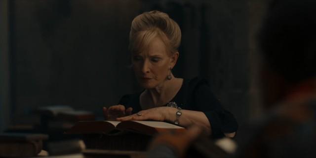 Ysabeau (Lindsay Duncan) sucht nach einer Nachricht von Philippe.