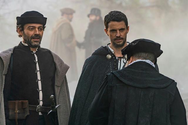 """Pierre (Milo Twomey) und Matthew (Matthew Goode) stoßen bei ihrer Suche nur auf taube Ohren. (""""A Discovery of Witches"""" 2x07, Februar 2021, Sky One)."""