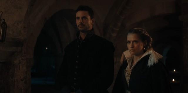 Matthew (Matthew Goode) und Diana (Teresa Palmer) müssen vor dem Vampir-Herrscher Rechenschaft ablegen.