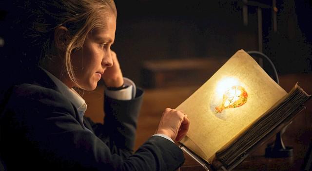 Diana Bishop (Teresa Palmer) ist die einzige, die in Jahrhunderten von einem merkwürdigen Manuskript als würdig erachtet wurde, es zu öffenen...