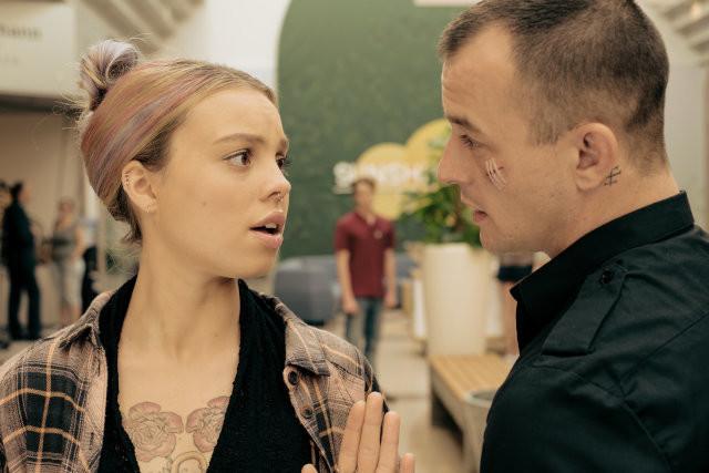 Haben als Paar keine Zukunft: Friseurin Saschi (Lea Zoë Voss) und Securitymann Mario (Paul Wollin)