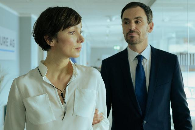 Privat haben sie eine Affäre, beruflich sind sie Konkurrenten: Mira (Julia Koschitz) und Richard (Anian Zollner)