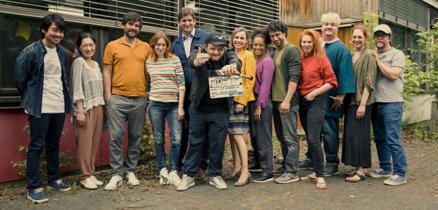 Regisseur Lutz Heineking, Jr. (m.) mit dem Cast der Serie