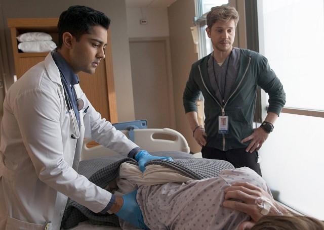 Viel Spaß am ersten Tag: Conrad (Matt Czuchry) lässt seinen Untergebenen Devon Pravesh (Manish Dayal) erstmal eine Rektaluntersuchung machen...