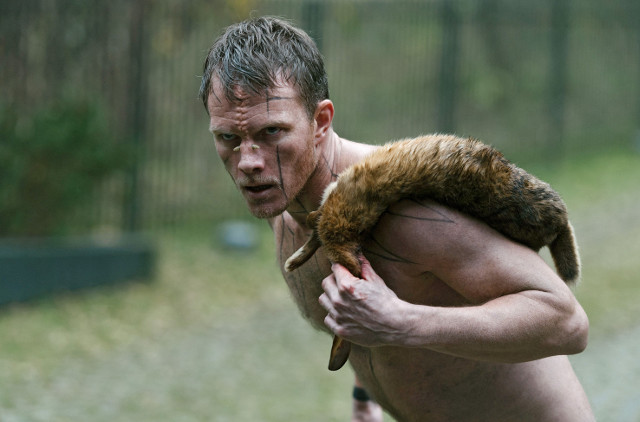 Steinzeitmensch Navn (Oddgeir Thune) läuft gerne nackt herum und erlegt sein Essen selbst.
