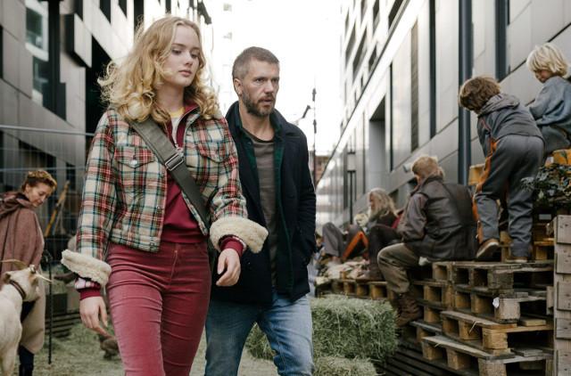 Kommissar und Vater: Lars Haaland (Nicolai Cleve Broch) mit Tochter Ingrid (Ylva Bjørkaas Thedin) zwischen Zeitmigranten