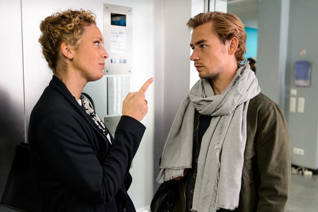 Lukas Hilpert (Niklas Löffler) mit Dr. Helena von Arnstett (Claudia Hiersche)