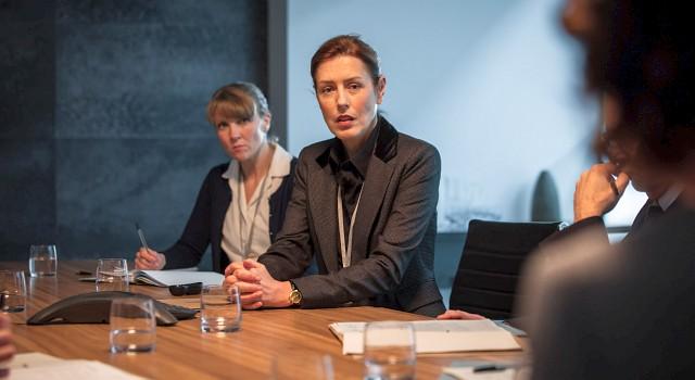 Commander Anne Sampson (Gina McKee) ist alles andere als erfreut zu hören, dass der Anti-Terrorkampf durch Innenministerin Julia Montague (Keeley Hawes) ihrer Polizeidienststelle entzogen und dem Geheimdienst gegeben werden soll