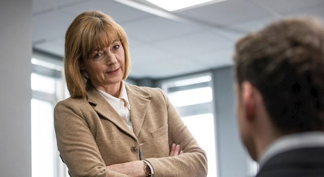 Chief Superintendent Lorraine Craddock (Pippa Haywood) ist durchaus bewusst, dass mit Sergeant David Budd (Richard Madden, sitzend) nicht alles OK ist