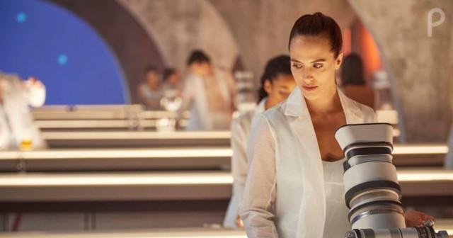 Lenina Crowne (Jessica Brown Findlay) bei der Arbeit.