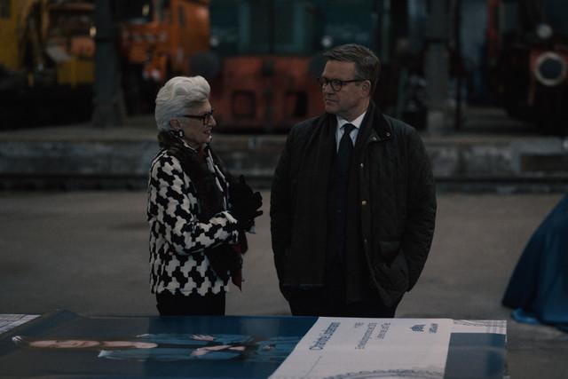 Leonore Lindemann (Nicole Heesters, l.) versucht ihren Sohn Benedikt (Justus von Dohnányi, r.) davon zu überzeugen, dass sein Kurs für die Firma falsch ist.