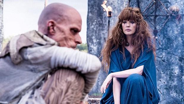 """Druide Veran (Mackenzie Crook) und Kerra (Kelly Reilly) in """"Britannia"""""""