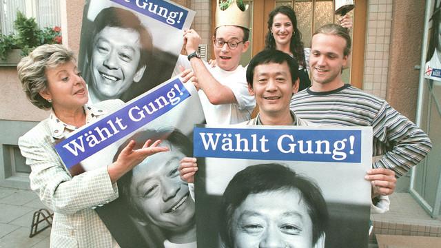 """Fiktion und Realität verschwimmen, als vielerorts in Deutschland 1998 vor der Bundestagswahl """"Wählt Gung""""-Plakate aufgehängt wurden. Die """"Lindenstraße"""" schickte ihren eigenen Kanzlerkandidaten ins Rennen."""