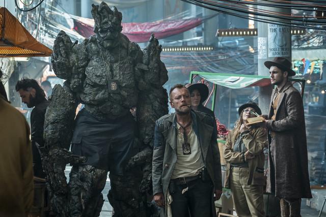 Captain Vimes (mit Zigarre): ein echter Zwerg gegen den Steintroll-Sergeant Detritus. Hier sind beide auf Streife in Ankh-Morpork.