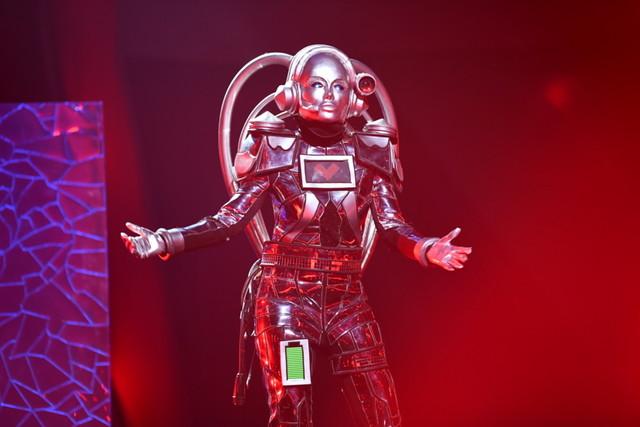 Caroline Beil als Roboter in Aktion