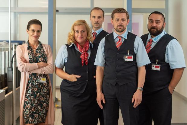 Flughafen-Chefin Sabine (Doris Golpashin, l.) und das Security-Check-Team