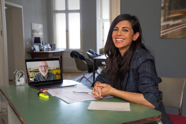 Collien Ulmen-Fernandes im Gespräch mit einem Experten per Videocall.