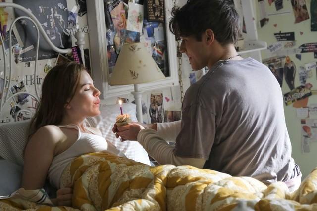 Jeanette (Chiara Aurelia) wird an ihrem 16. Geburtstag von ihrem Freund Jamie (Froy Gutierrez) überrascht.