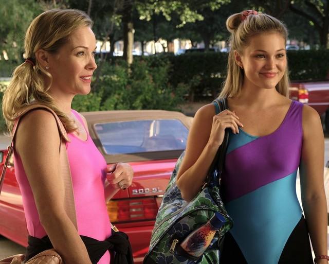 Joy Wallis (Andrea Anders, links) und ihre Tochter Kate (Olivia Holt) haben das gemeinsame Workout hinter sich.