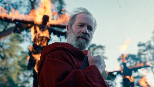 Father Carden (Peter Mullan), der Anführer der Roten Paladine