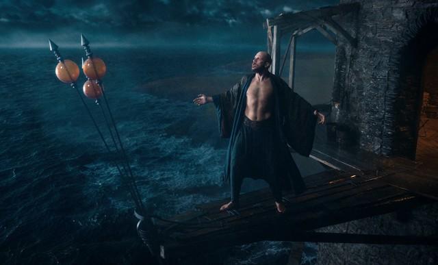 Merlin (Gustaf Skarsgård) hat zwar einstweilen seine Zauberkraft eingebüßt, fordert aber trotzdem den Sturm heraus.