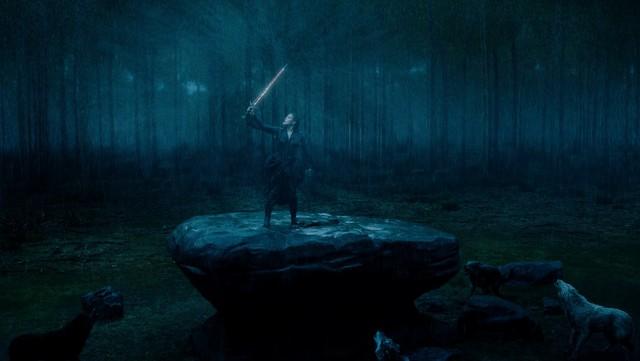 Nimue (Katherine Langford) weist mit Excalibur die CGI-Wölfe in die Schranken.