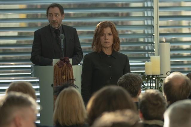Die ungewöhnlichen Umstände der Beerdigung ihres Mannes bringt Karla (Anke Engelke; M.) in Kontakt mit dem Beerdigungsunternehmen von Thorsten Merten (Andreas Borowski, l.).