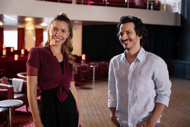 Kornelius Busch (Ferdi Özten) hat sich Hals über Kopf in die Tänzerin Mia (Victoria Swarovski) verliebt.